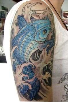 mẫu hình tattoo con cá chép đang vượt vũ môn màu xanh đẹp