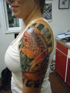 mẫu hình tattoo con cá chép vượt vũ môn trên tay nữ