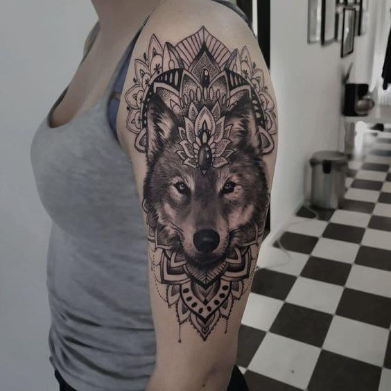 mẫu sói hoa văn xăm ở tay nữ