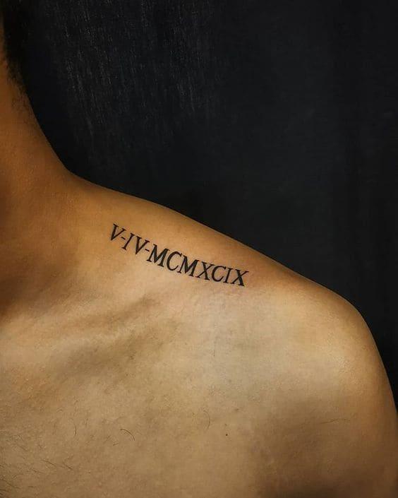 mẫu tattoo chữ la mã trên vai nam