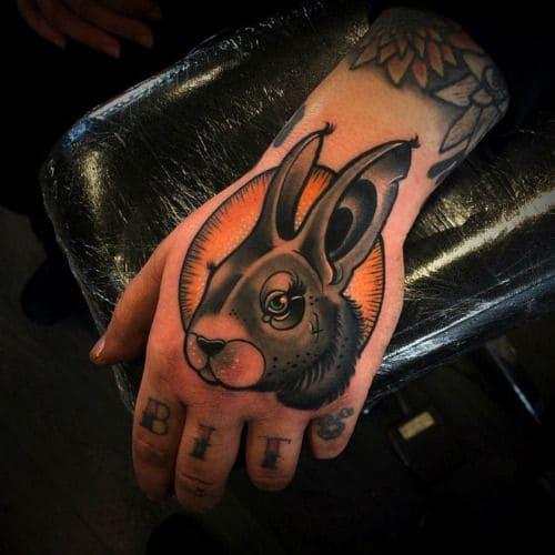 mẫu tattoo đầu thỏ trên mu bàn tay