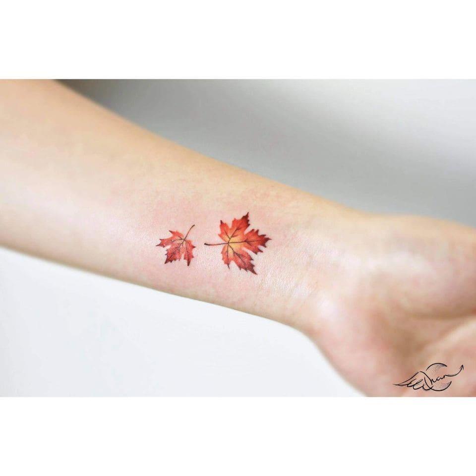mẫu tattoo hình chiếc lá ở cổ tay đẹp cho con gái