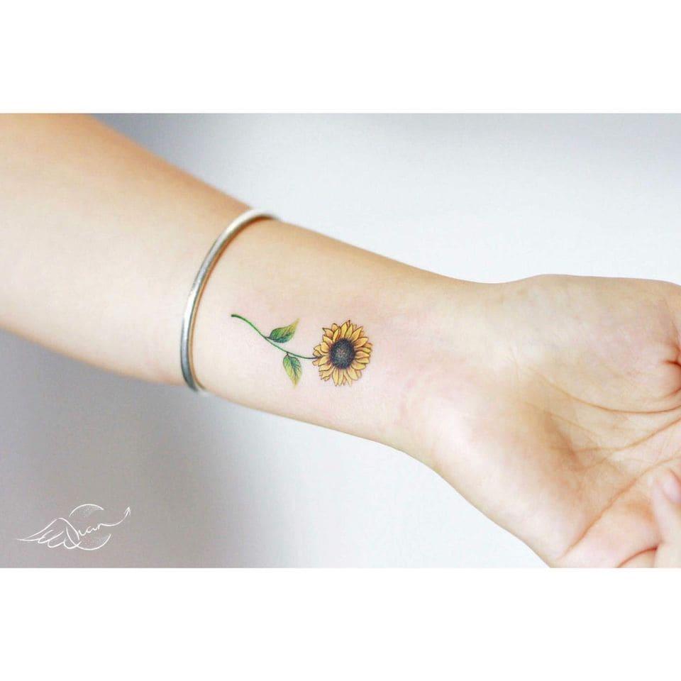 mẫu tattoo hình hoa hướng dương tuyệt đẹp ở cổ tay