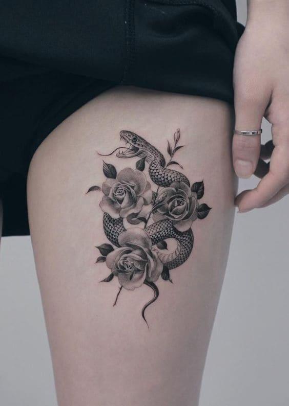 mẫu tattoo hình rắn và hoa ở chân nữ