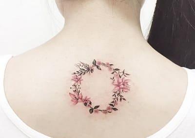 mẫu tattoo hình vòng hoa nhỏ sau gáy nữ