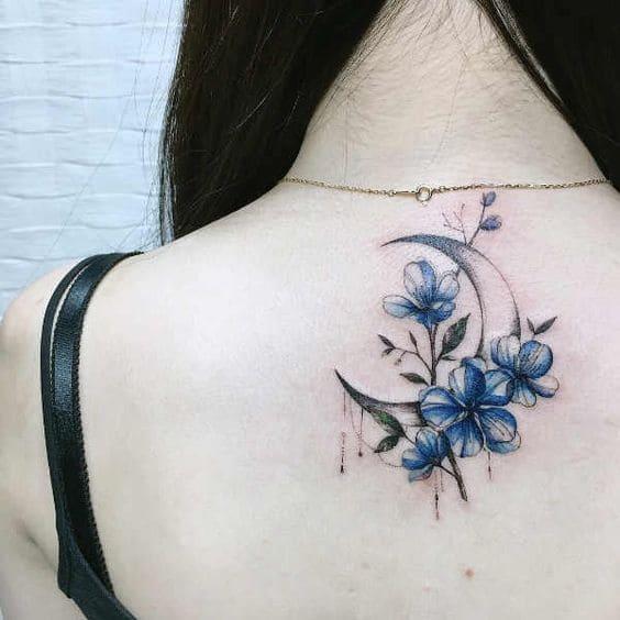 mẫu tattoo mặt trăng và bông hoa màu xanh cho con gái