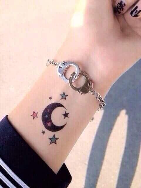 mẫu tattoo mặt trăng và ngôi sao ở cổ tay