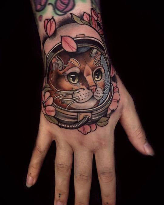 mẫu xăm chú mèo đáng yêu cho con gái trên mu bàn tay