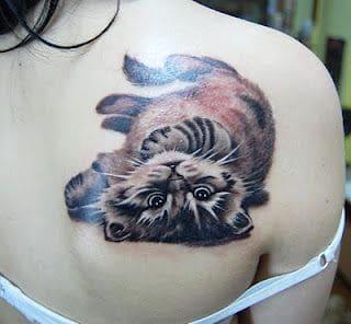 mẫu xăm hình mèo ở lưng đáng yêu