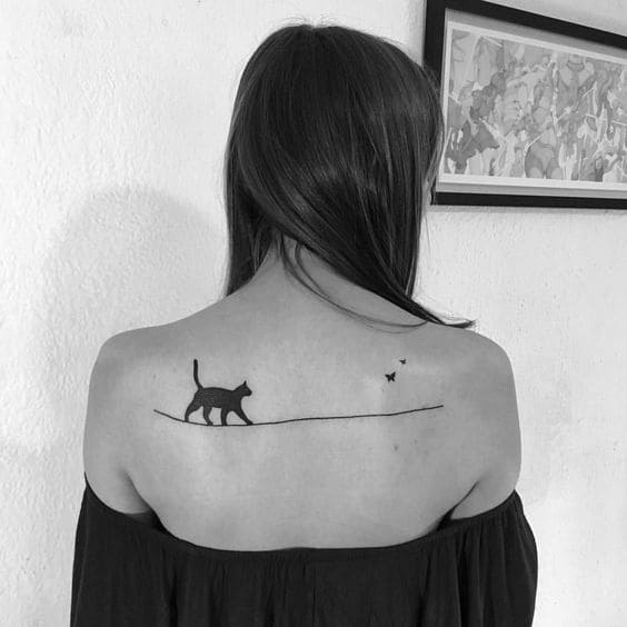 mẫu xăm mèo đen sau lưng