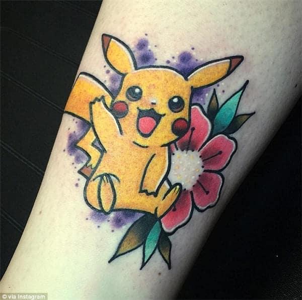 pikachu và hoa đẹp xăm trên tay