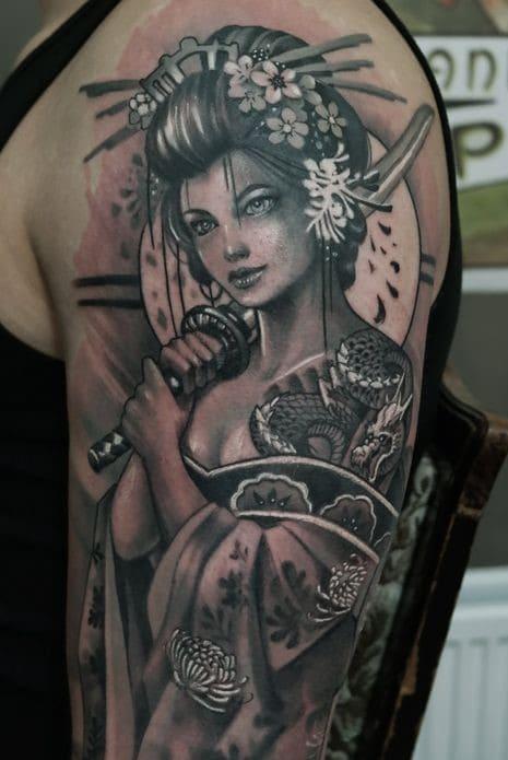 tattoo bắp tay nam hình cô gái trung hoa