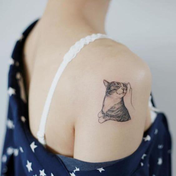 tattoo hình con mèo ở vai cho nữ