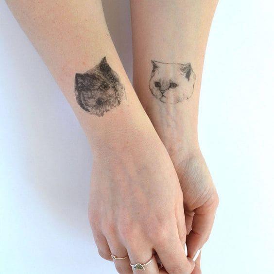 tattoo mặt mèo nhỏ nhắn ở cổ tay