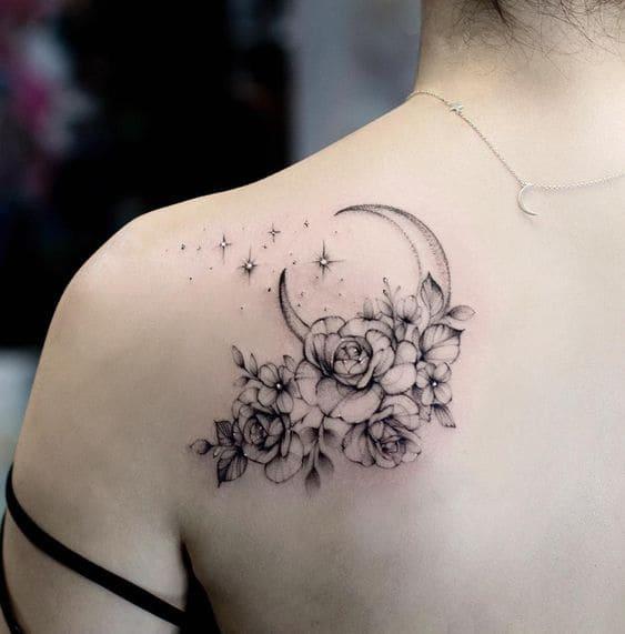 tattoo mặt trăng và bông hoa trên vai nữ làm tăng vẻ gợi cảm