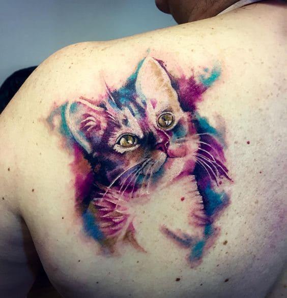 tattoo mèo đầy màu sắc ở lưng