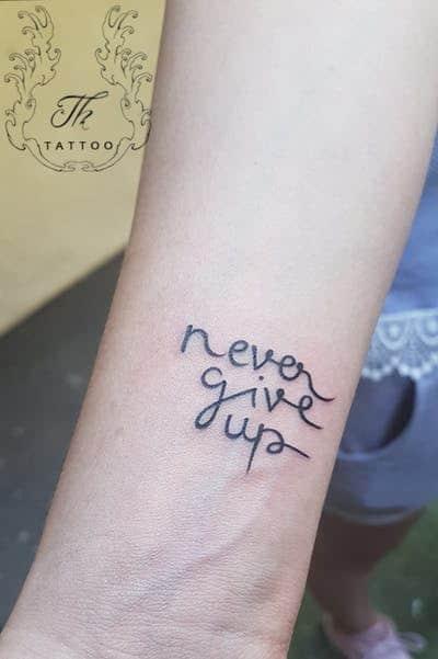 Ảnh tattoo chữ Never Give Up đẹp cho nữ