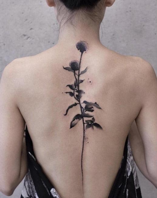 Ảnh xăm cây hoa đẹp dọc sống lưng nữ