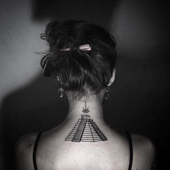 Ảnh xăm kim tự tháp đẹp sau gáy nữ
