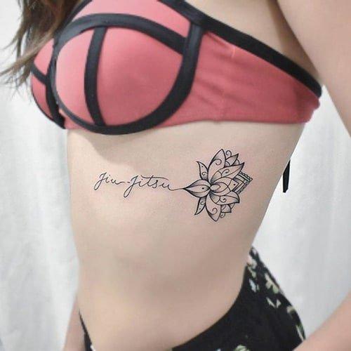 Chiêm ngưỡng hình tattoo hoa sen và chữ kết hợp ở hông sườn cho nữ