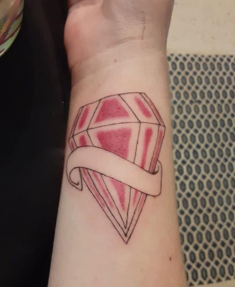 Độc đáo và ấn tượng với tattoo viên kim cương đỏ ở tay