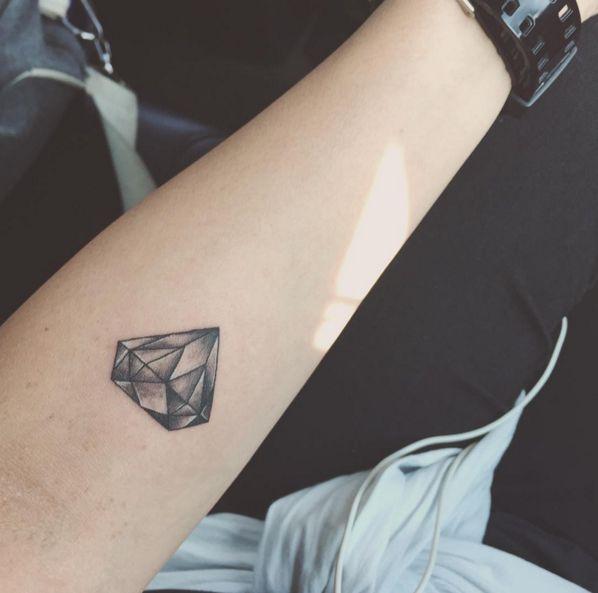 Giới thiệu mẫu xăm viên kim cương trên cánh tay