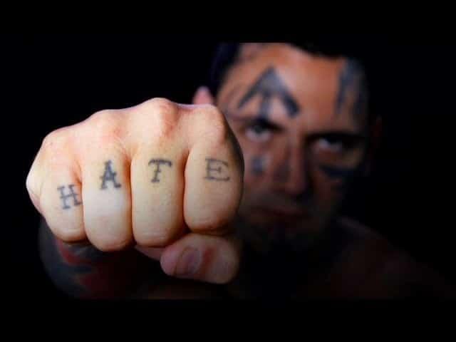 Hình tattoo chữ Hận trên ngón tay