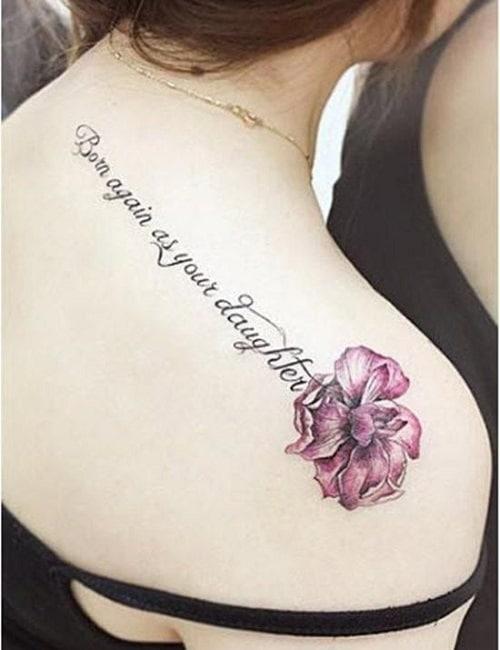 Hình tattoo chữ kết hợp với bông hoa cá tính cho nữ