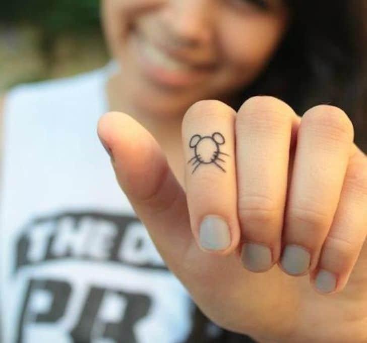 Hình tattoo con chuột mini cực nhỏ trên ngón tay