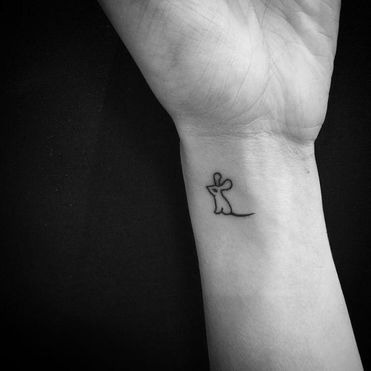 Hình tattoo con chuột nhỏ xíu trên cổ tay