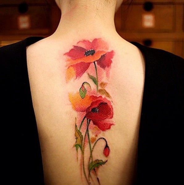 Hình tattoo hoa màu đỏ sau lưng nữ