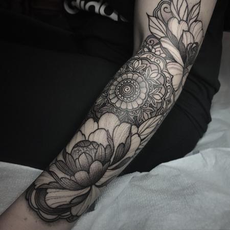 Hình tattoo hoa mẫu đơn kín tay cho nữ