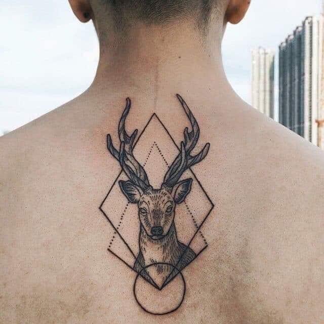 Hình tattoo hươu kết hợp biểu tượng đẹp ở lưng