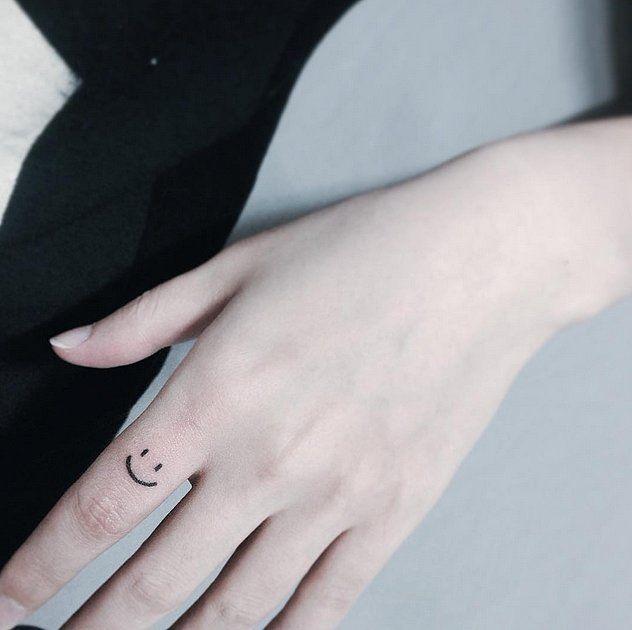 Hình tattoo mặt cười ở ngón tay