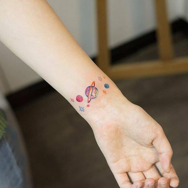 Hình tattoo màu trên cổ tay xinh