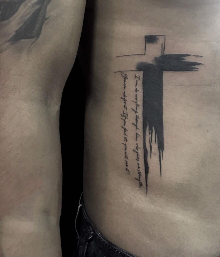 Hình tattoo thánh giá kết hợp chữ cách điệu