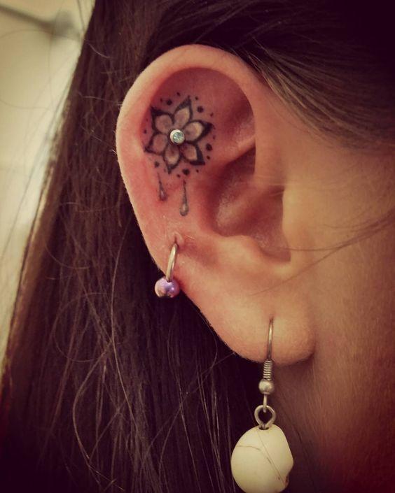 Hình tattoo trên lỗ tai cho nữ