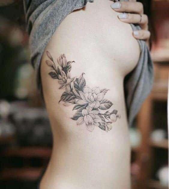 Hình xăm hoa ở hông đẹp cho nữ