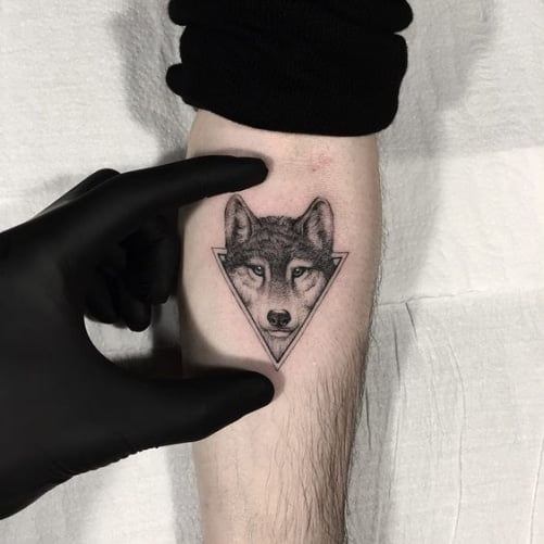 Hình xăm sói mini ở cánh tay