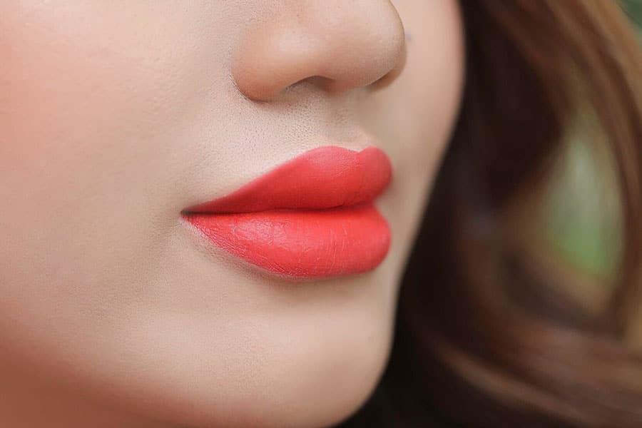 Kiểu phun xăm môi màu đỏ cam đẹp