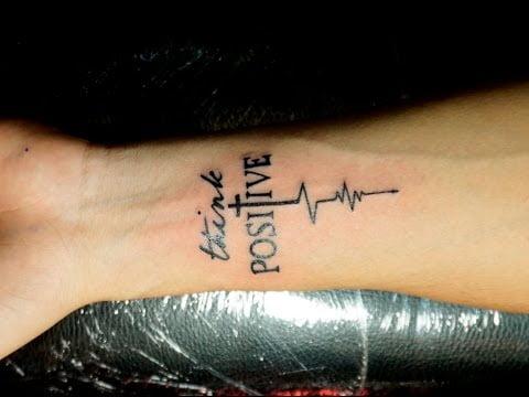 Kiểu tattoo chữ kết hợp thánh giá mới mẻ