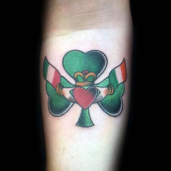 Kiểu tattoo cỏ ba lá và các biểu tượng khác kết hợp cùng nhau