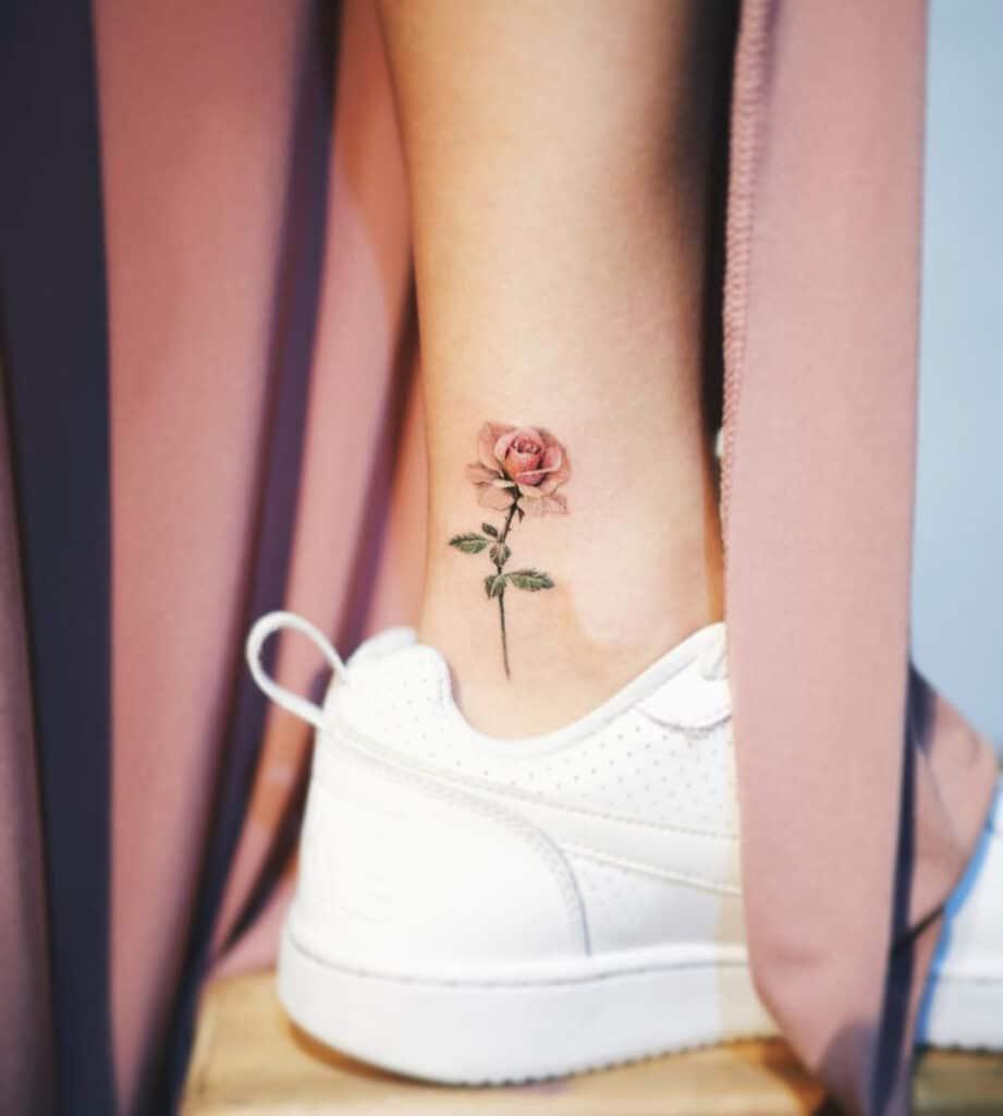 Kiểu tattoo hoa hồng ở mắt cá chân thể hiện nét quyến rũ riêng của phái đẹp