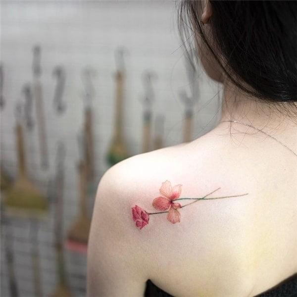 Kiểu tattoo hoa nhẹ nhàng và điệu đà cho nữ