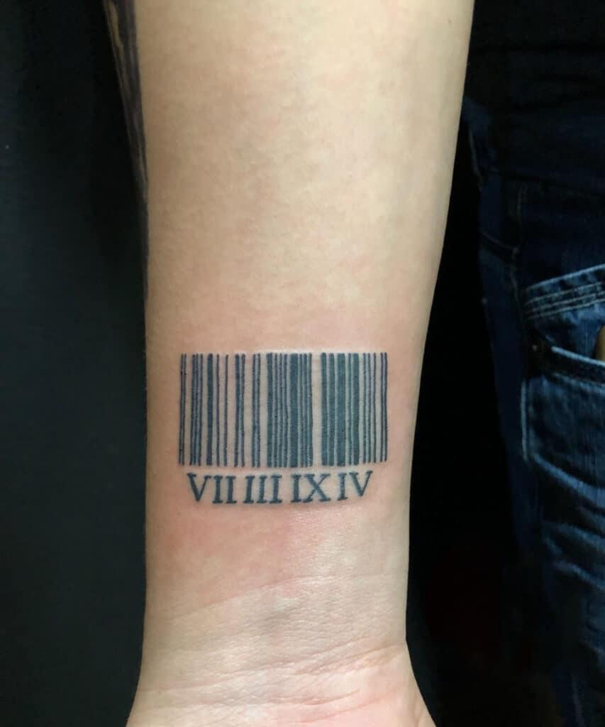Kiểu tattoo số la mã kết hợp mã vạch về ngày tháng năm sinh