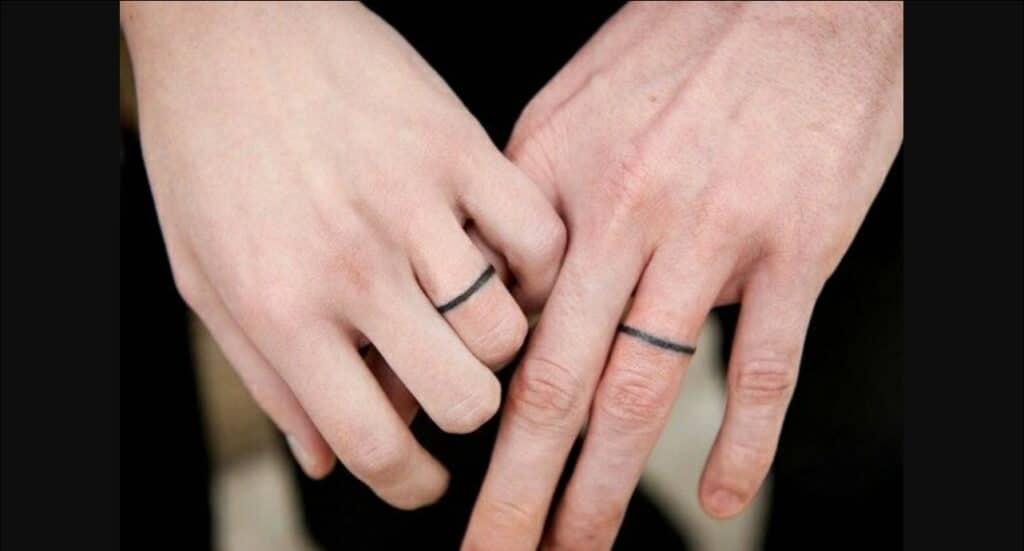 Kiểu tattoo vòng tròn đơn giản ở ngón tay cho các cặp đôi