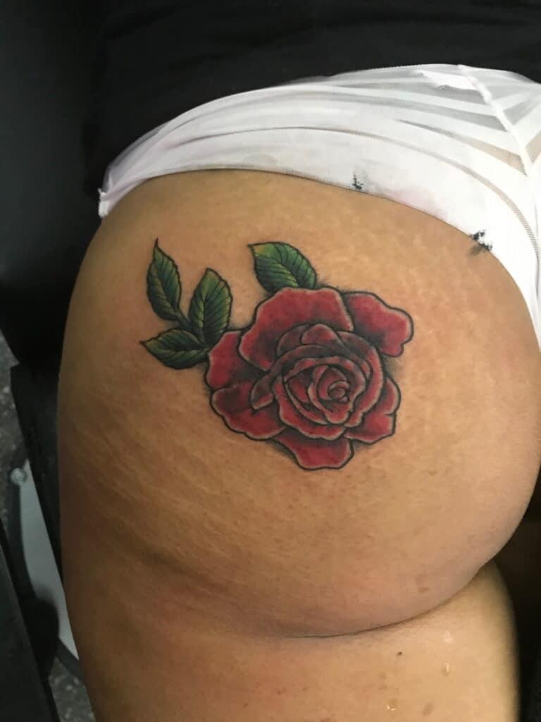 Kiểu xăm hoa hồng ở mông đẹp