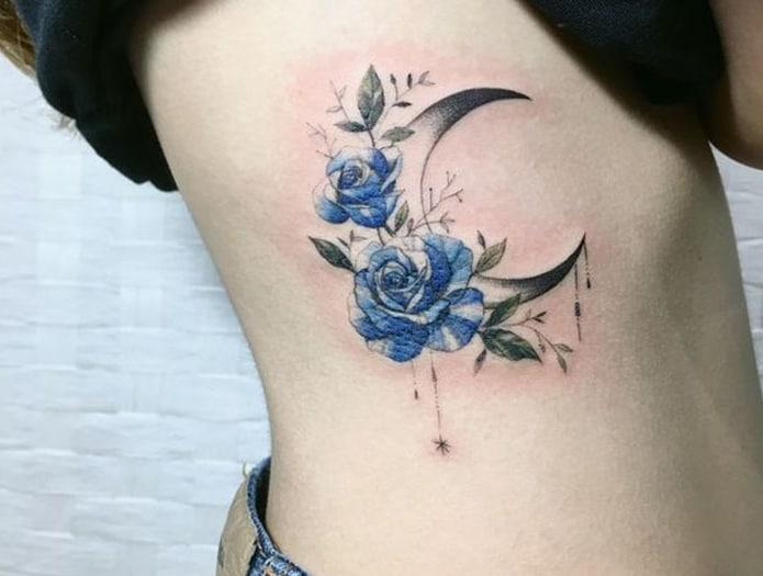 Mặt trăng và hoa hồng xanh là tattoo may mắn cho người mệnh mộc
