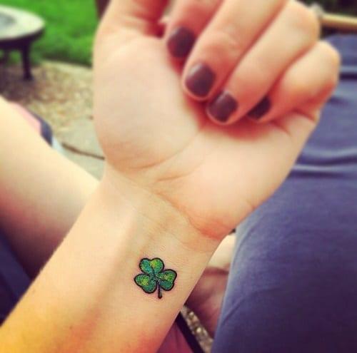 Mẫu tattoo cỏ ba lá trên tay cho con gái