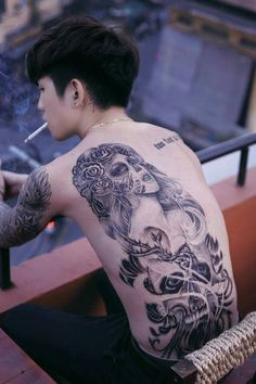 Mẫu tattoo cô gái và đầu lâu ở lưng của Hoàng Tử Gió